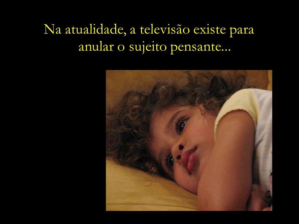Enquanto professores e escolas se esforçam para formar cidadãos, a televisão fabrica consumidores.