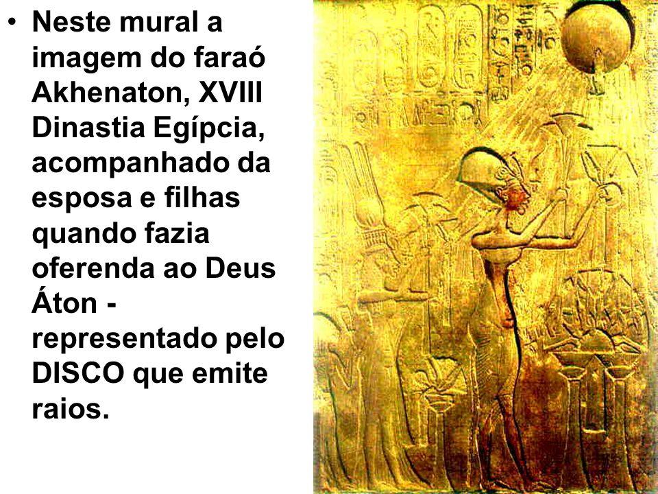 Neste mural a imagem do faraó Akhenaton, XVIII Dinastia Egípcia, acompanhado da esposa e filhas quando fazia oferenda ao Deus Áton - representado pelo