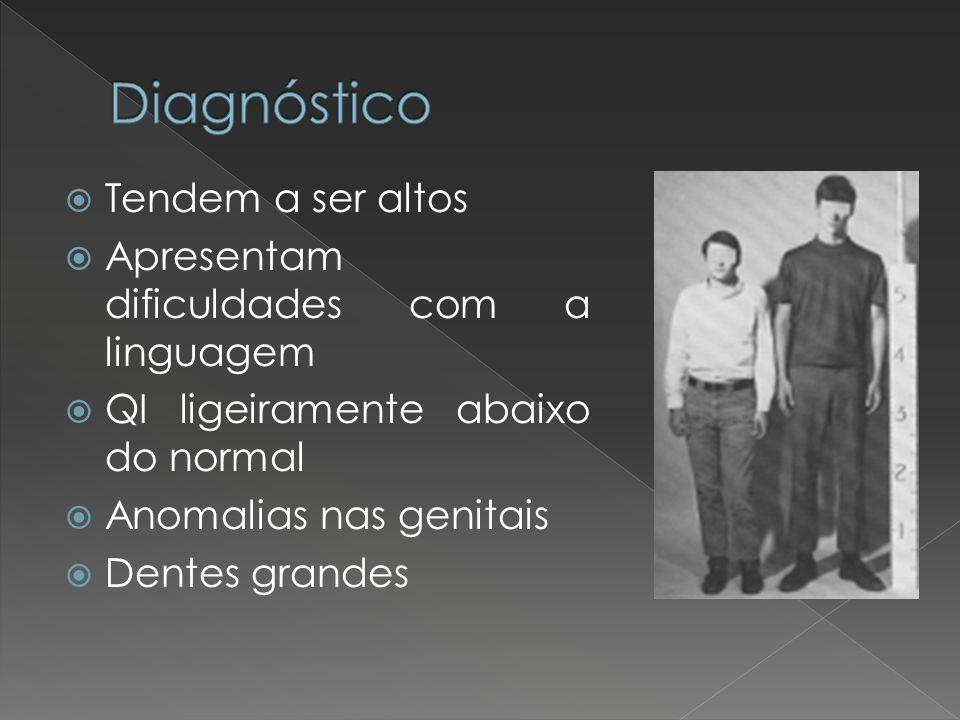 Tendem a ser altos Apresentam dificuldades com a linguagem QI ligeiramente abaixo do normal Anomalias nas genitais Dentes grandes