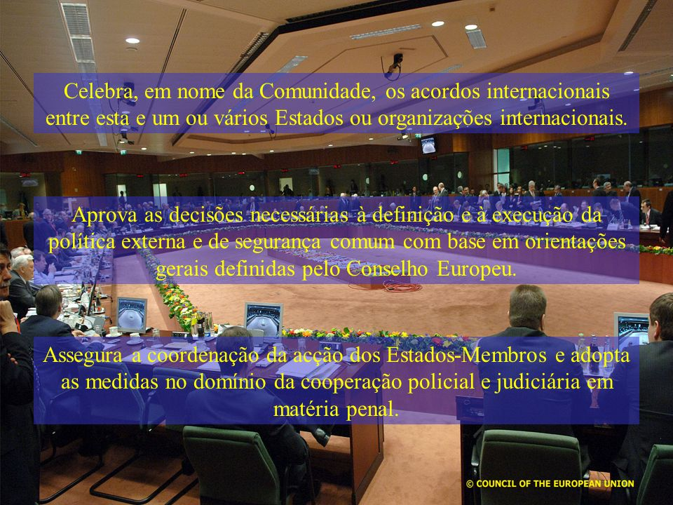 Aprova as decisões necessárias à definição e à execução da política externa e de segurança comum com base em orientações gerais definidas pelo Conselh