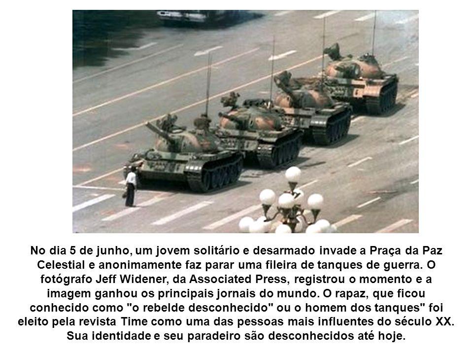 No dia 5 de junho, um jovem solitário e desarmado invade a Praça da Paz Celestial e anonimamente faz parar uma fileira de tanques de guerra. O fotógra