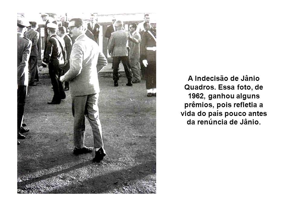 A Indecisão de Jânio Quadros. Essa foto, de 1962, ganhou alguns prêmios, pois refletia a vida do país pouco antes da renúncia de Jânio.