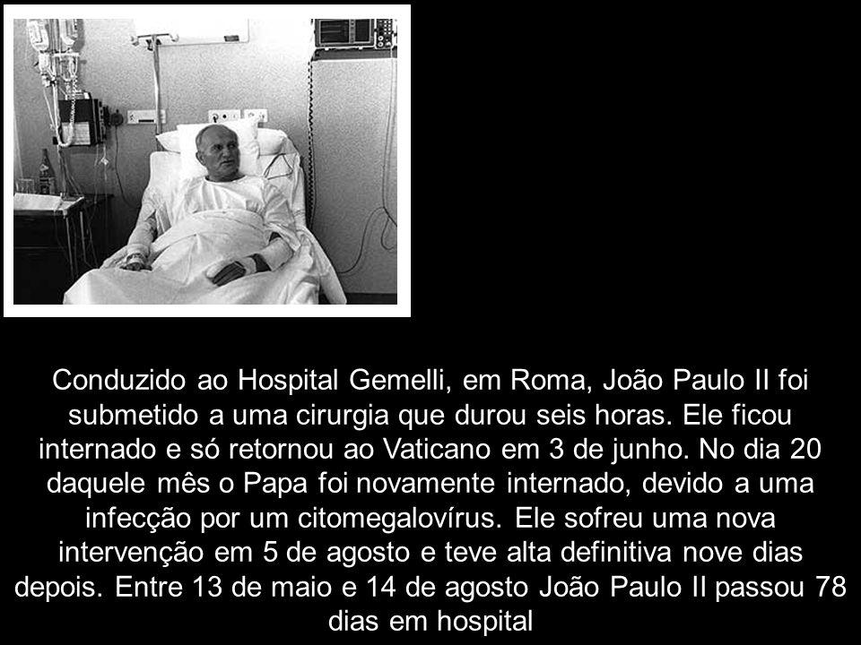 Conduzido ao Hospital Gemelli, em Roma, João Paulo II foi submetido a uma cirurgia que durou seis horas. Ele ficou internado e só retornou ao Vaticano