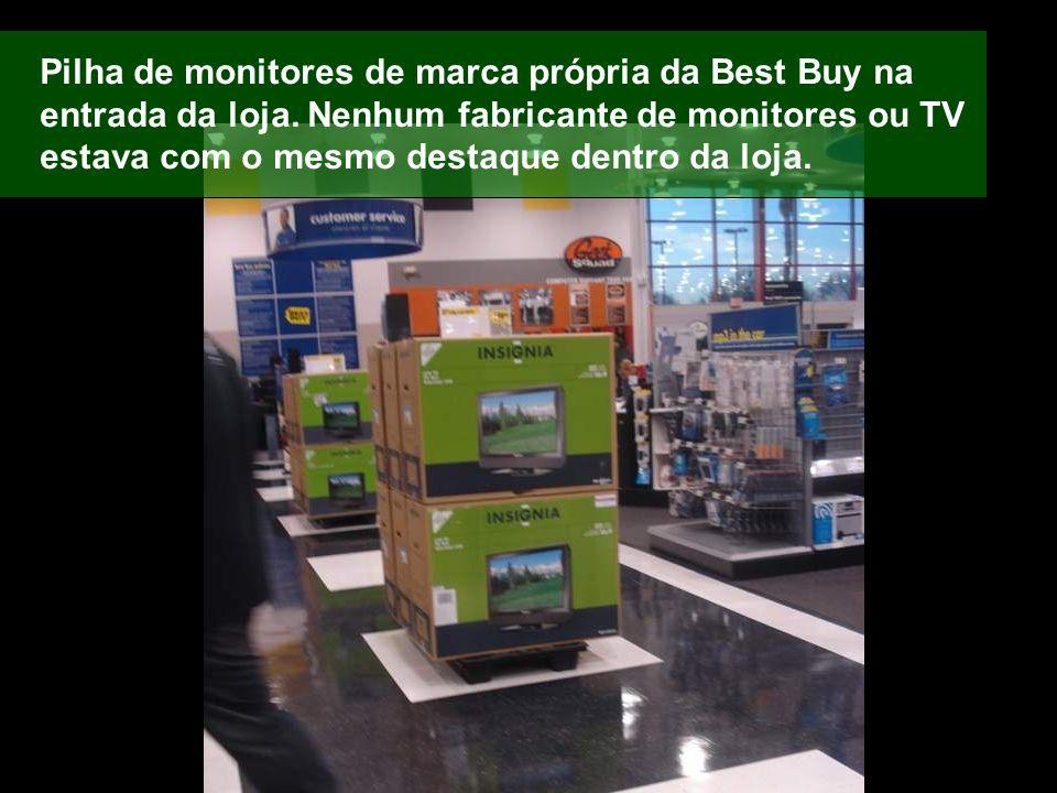 Pilha de monitores de marca própria da Best Buy na entrada da loja. Nenhum fabricante de monitores ou TV estava com o mesmo destaque dentro da loja.