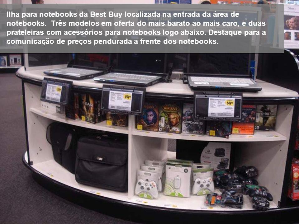 Ilha para notebooks da Best Buy localizada na entrada da área de notebooks. Três modelos em oferta do mais barato ao mais caro, e duas prateleiras com