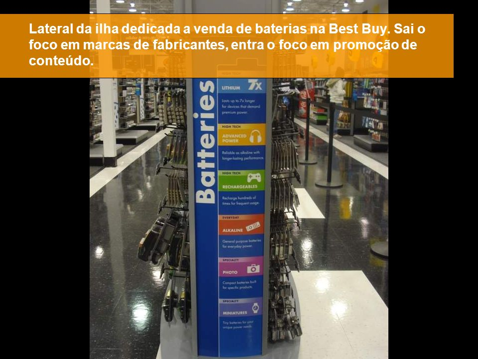Lateral da ilha dedicada a venda de baterias na Best Buy. Sai o foco em marcas de fabricantes, entra o foco em promoção de conteúdo.
