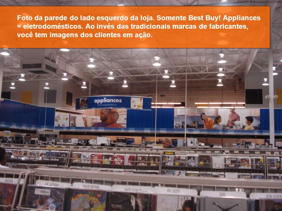 Foto da parede do lado esquerdo da loja. Somente Best Buy! Appliances = eletrodomésticos. Ao invés das tradicionais marcas de fabricantes, você tem im