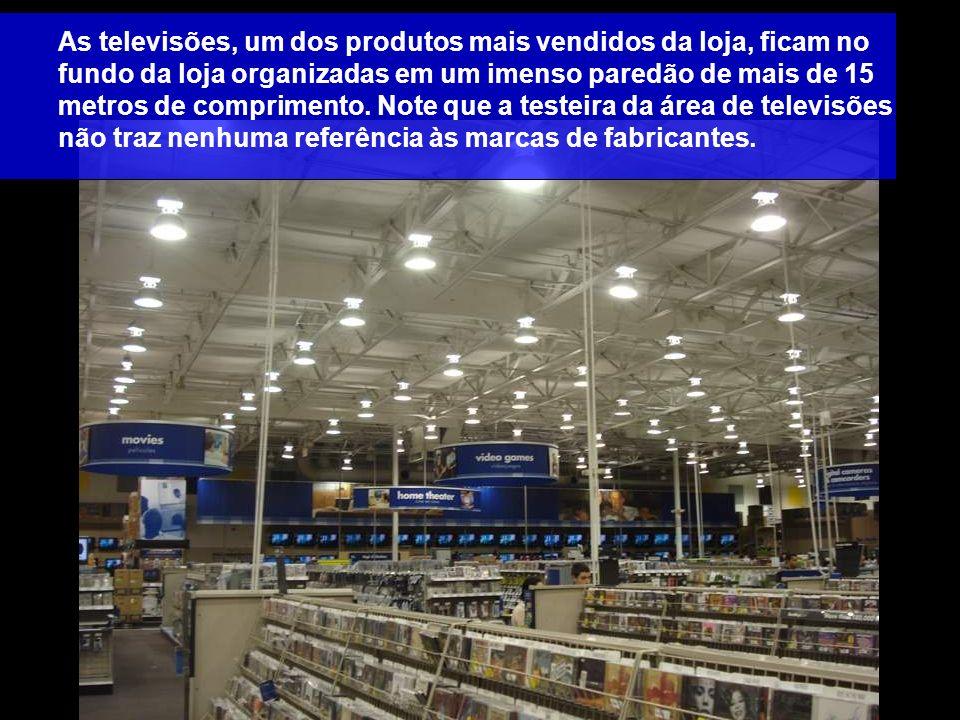 As televisões, um dos produtos mais vendidos da loja, ficam no fundo da loja organizadas em um imenso paredão de mais de 15 metros de comprimento. Not