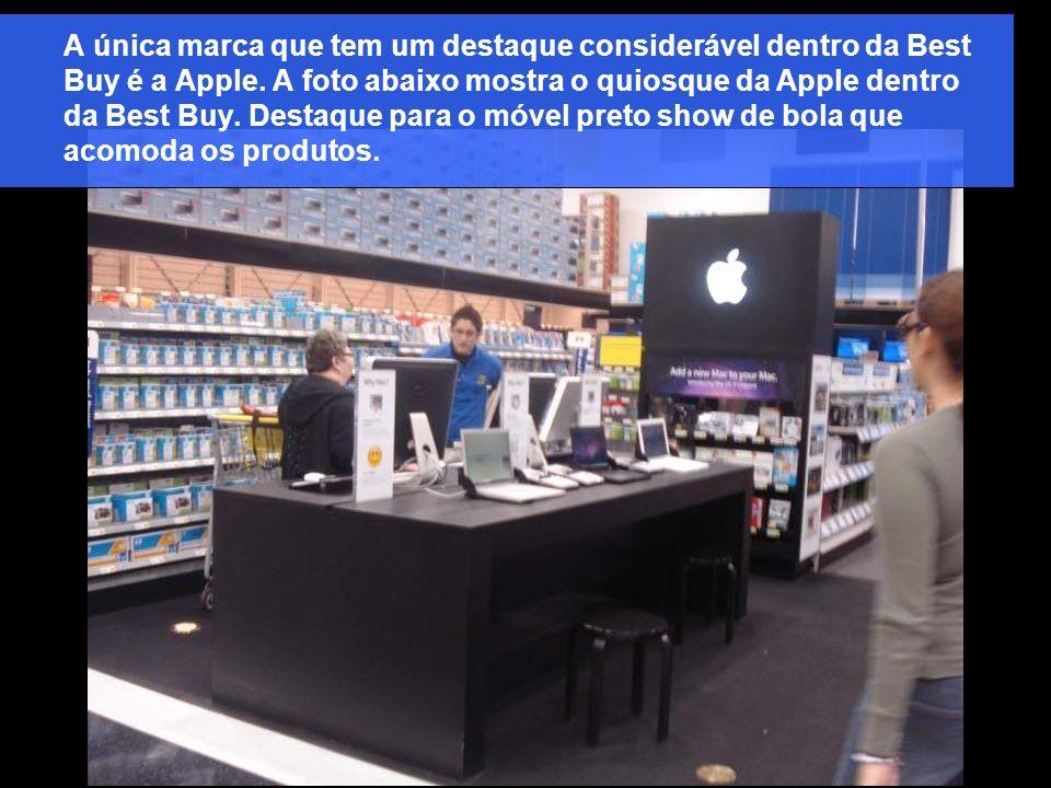 A única marca que tem um destaque considerável dentro da Best Buy é a Apple. A foto abaixo mostra o quiosque da Apple dentro da Best Buy. Destaque par