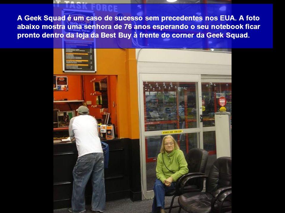 A Geek Squad é um caso de sucesso sem precedentes nos EUA. A foto abaixo mostra uma senhora de 76 anos esperando o seu notebook ficar pronto dentro da