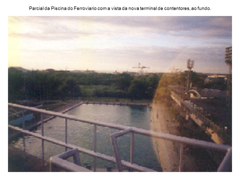 Parcial da Piscina do Ferroviario com a vista da nova terminal de contentores, ao fundo.
