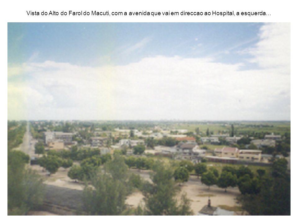 Vista do Alto do Farol do Macuti, com a avenida que vai em direccao ao Hospital, a esquerda…