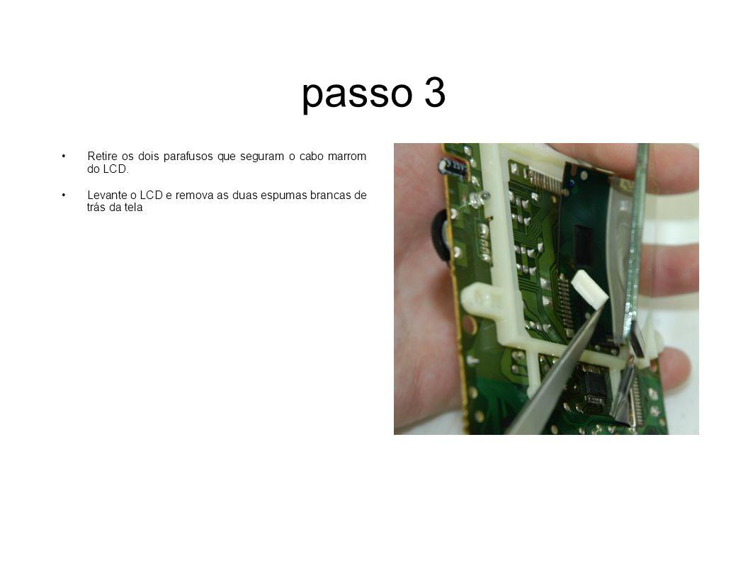 passo 3 Retire os dois parafusos que seguram o cabo marrom do LCD. Levante o LCD e remova as duas espumas brancas de trás da tela