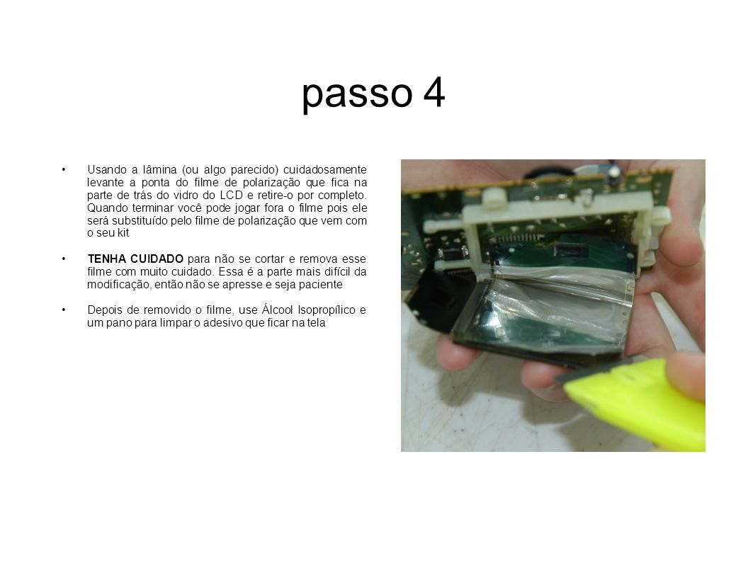 passo 5 Afrouxe o plástico de segurança que fica em volta da tela de LCD e levante-o da placa de circuitos.