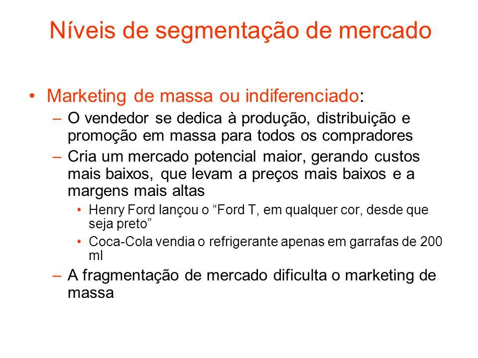 Níveis de segmentação de mercado Marketing de massa ou indiferenciado: –O vendedor se dedica à produção, distribuição e promoção em massa para todos o
