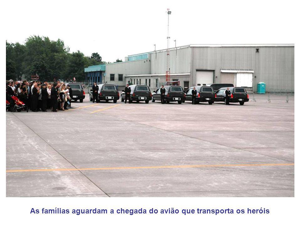 As famílias aguardam a chegada do avião que transporta os heróis