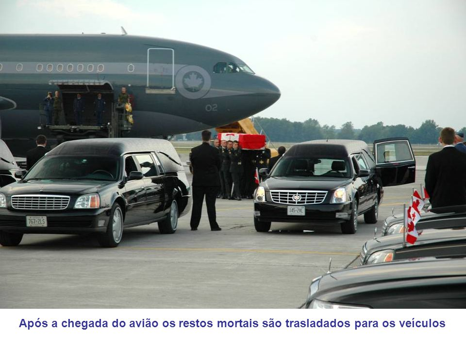 Após a chegada do avião os restos mortais são trasladados para os veículos