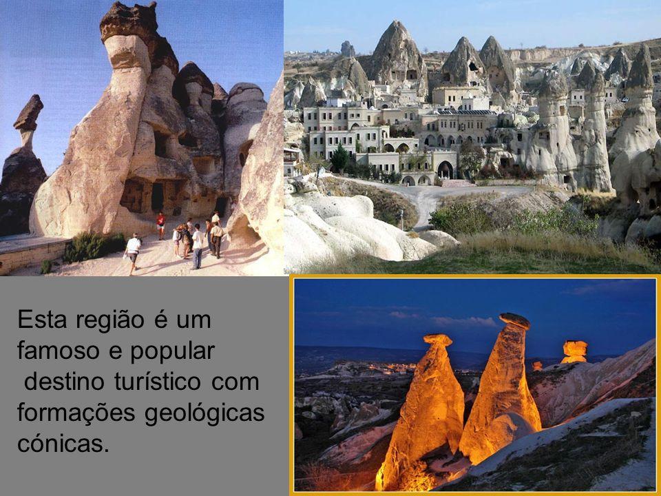 Esta região é um famoso e popular destino turístico com formações geológicas cónicas.