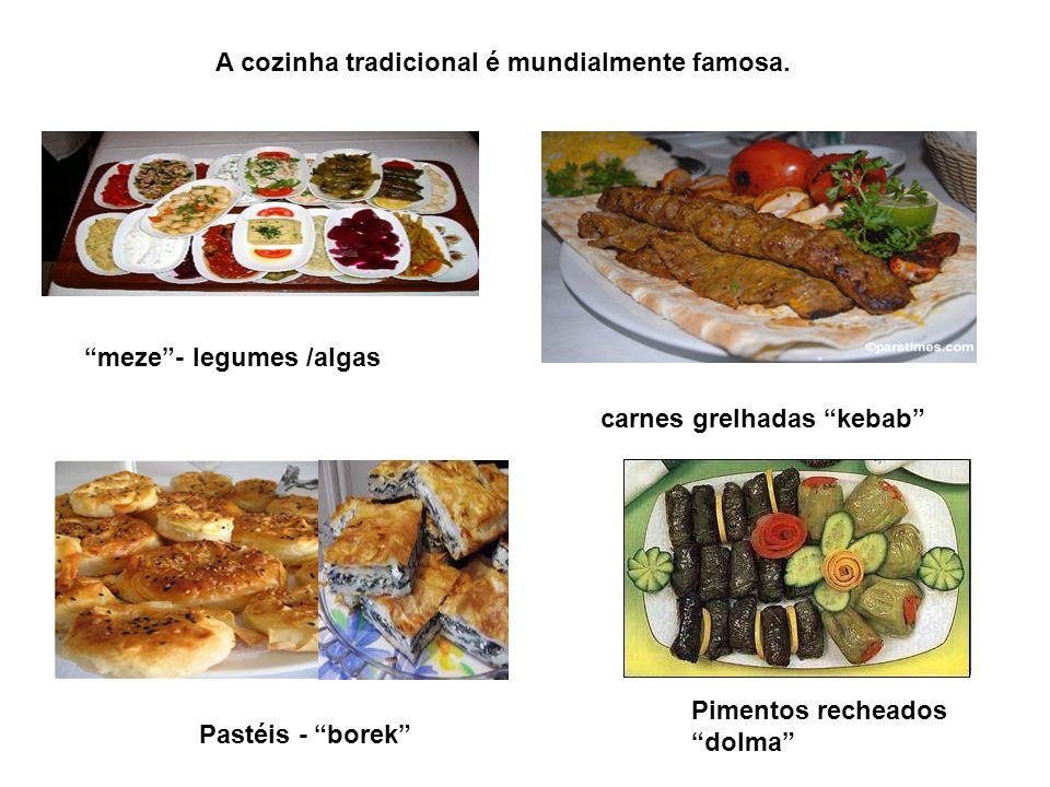 A cozinha tradicional é mundialmente famosa. carnes grelhadas kebab Pastéis - borek Pimentos recheados dolma meze- legumes /algas