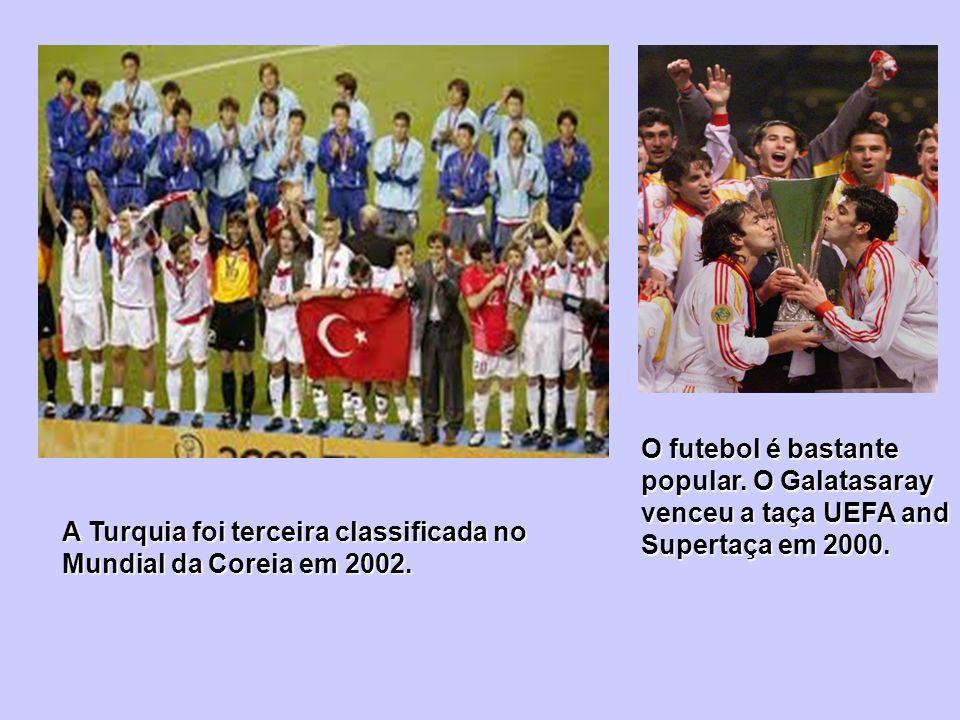 O futebol é bastante popular. O Galatasaray venceu a taça UEFA and Supertaça em 2000. A Turquia foi terceira classificada no Mundial da Coreia em 2002