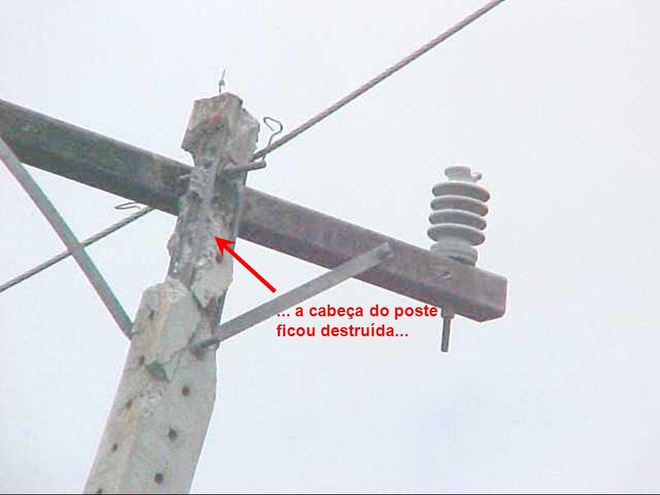... fazendo o cabo energizado tocar nas ferragens do poste...