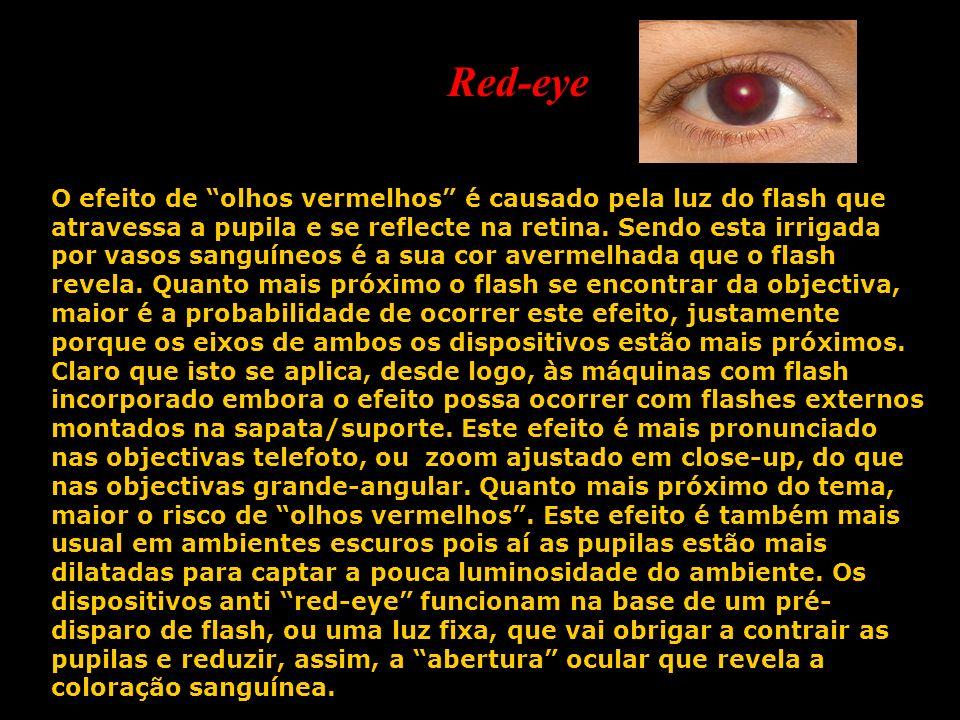 O efeito de olhos vermelhos é causado pela luz do flash que atravessa a pupila e se reflecte na retina. Sendo esta irrigada por vasos sanguíneos é a s
