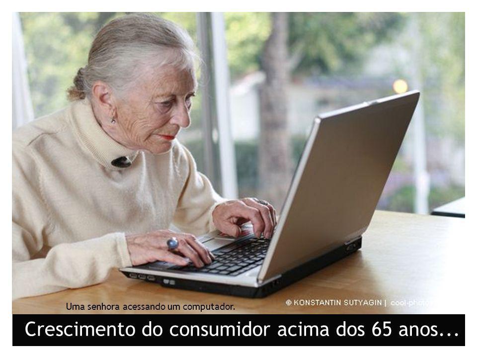 Uma senhora acessando um computador. Crescimento do consumidor acima dos 65 anos...