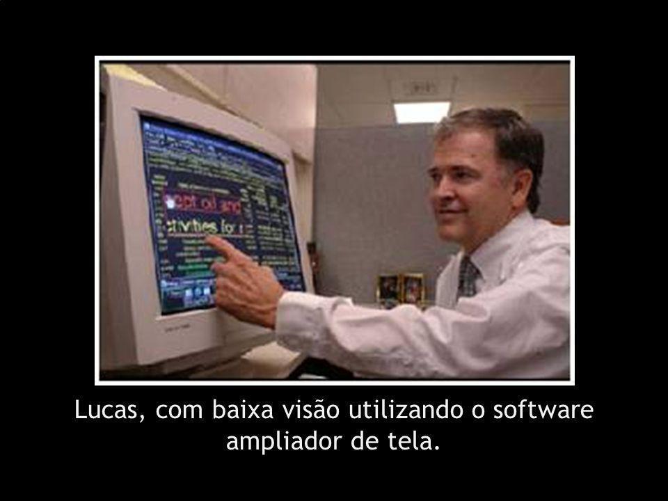 Lucas, com baixa visão utilizando o software ampliador de tela.
