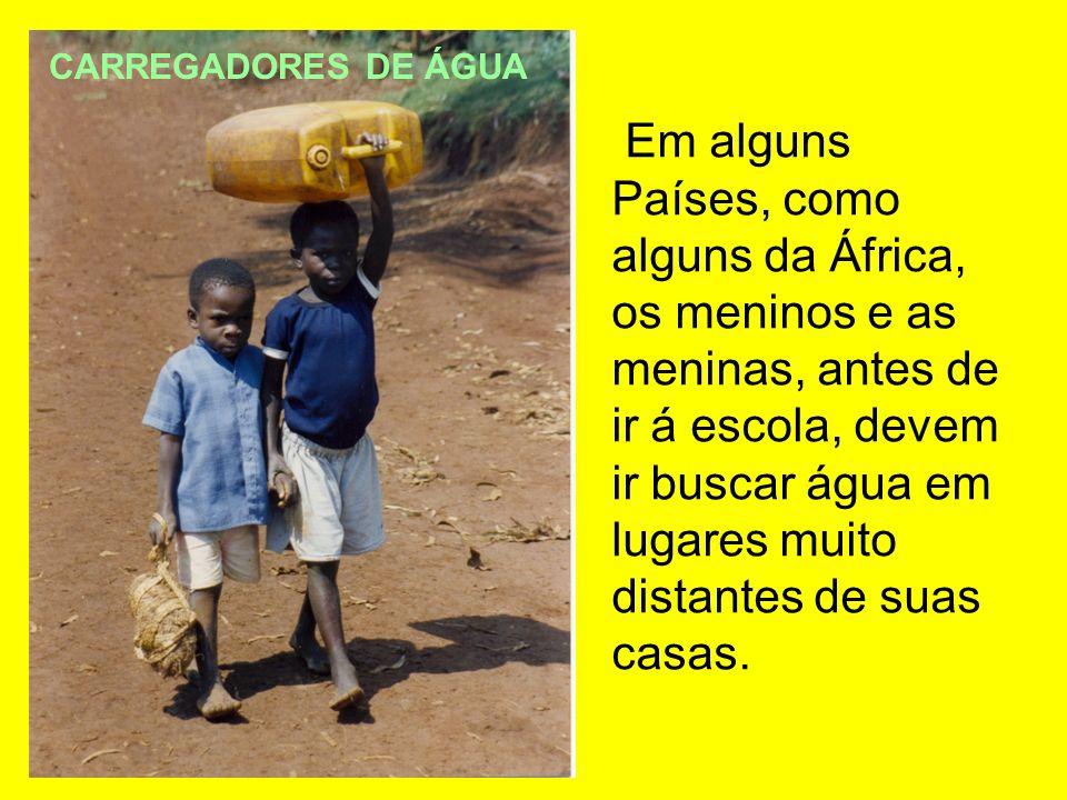 Em alguns Países, como alguns da África, os meninos e as meninas, antes de ir á escola, devem ir buscar água em lugares muito distantes de suas casas.