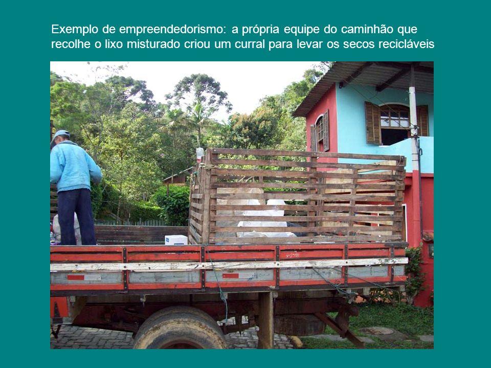 Exemplo de empreendedorismo: a própria equipe do caminhão que recolhe o lixo misturado criou um curral para levar os secos recicláveis