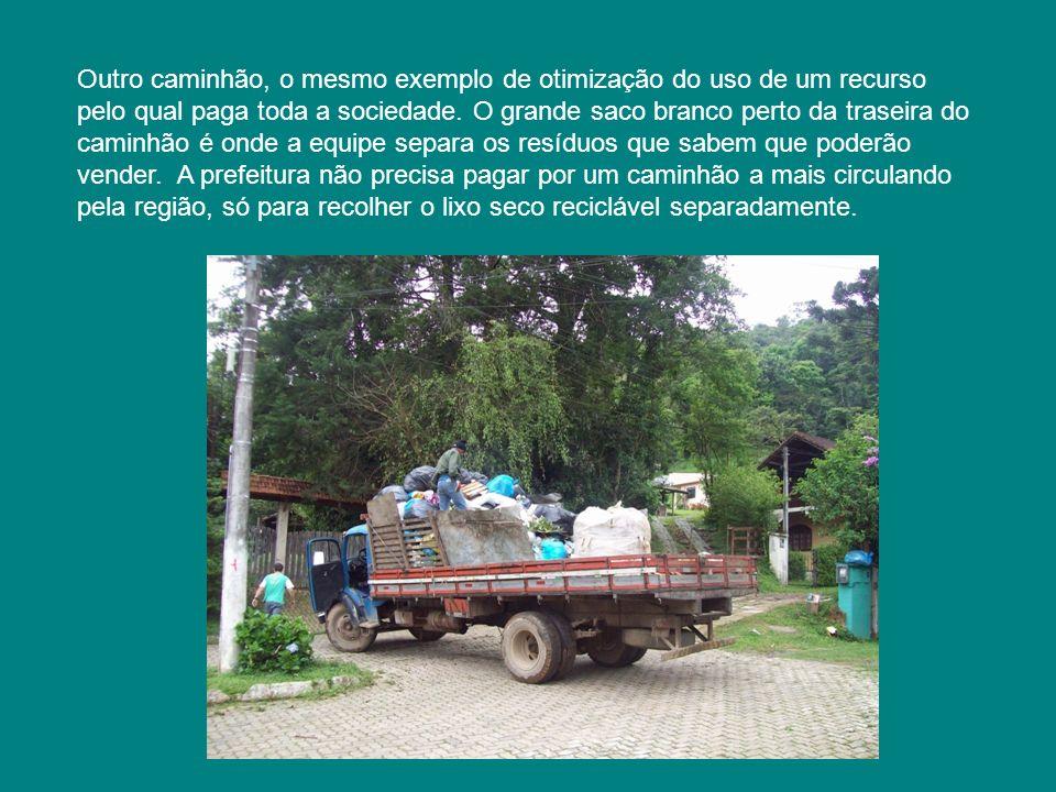 Outro caminhão, o mesmo exemplo de otimização do uso de um recurso pelo qual paga toda a sociedade. O grande saco branco perto da traseira do caminhão