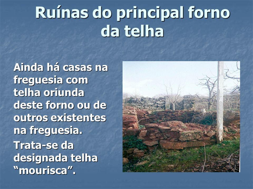 Fonte Velha do Fundo de Vila Fonte construída em pedra trabalhada, cuja parte inferior não se encontra visível, uma vez que ficou soterrada quando se procedeu ao alargamento do caminho.