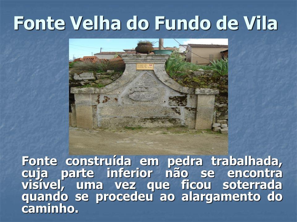 Fonte Velha do Fundo de Vila Fonte construída em pedra trabalhada, cuja parte inferior não se encontra visível, uma vez que ficou soterrada quando se