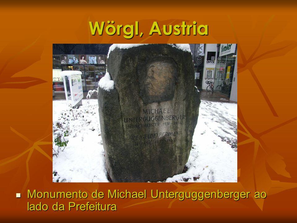 Wörgl, Austria Monumento de Michael Unterguggenberger ao lado da Prefeitura Monumento de Michael Unterguggenberger ao lado da Prefeitura