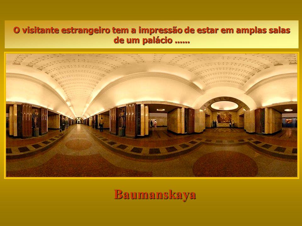 Baumanskaya A construção do Metrô de Moscou começou em 1930. Com uma extensão de 256 km ele possui 138 estações, sendo as mais bonitas no centro da ca