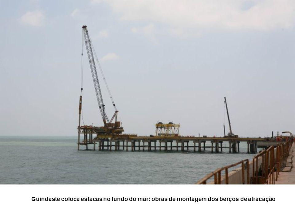 Guindaste coloca estacas no fundo do mar: obras de montagem dos berços de atracação