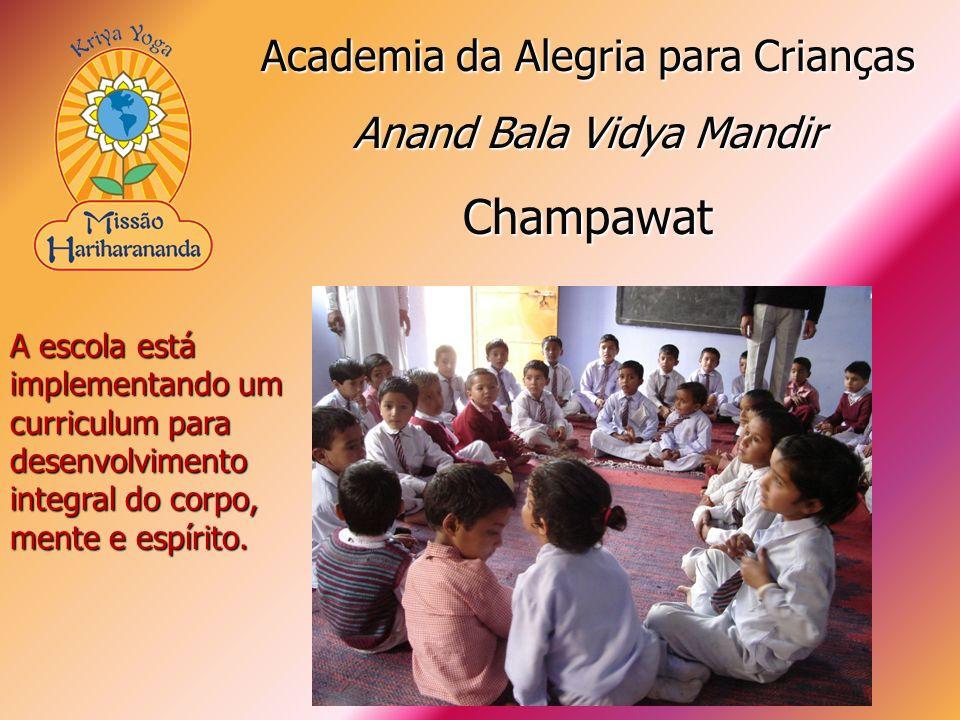 A escola está implementando um curriculum para desenvolvimento integral do corpo, mente e espírito. Academia da Alegria para Crianças Anand Bala Vidya