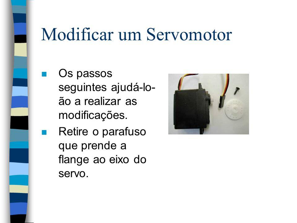 Modificar um Servomotor n Os passos seguintes ajudá-lo- ão a realizar as modificações. n Retire o parafuso que prende a flange ao eixo do servo.