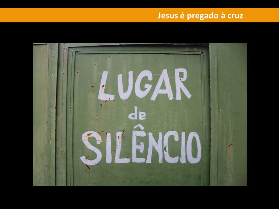 Jesus é pregado à cruz