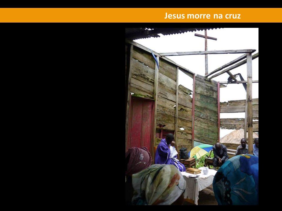 Jesus morre na cruz