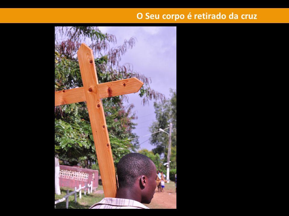 O Seu corpo é retirado da cruz