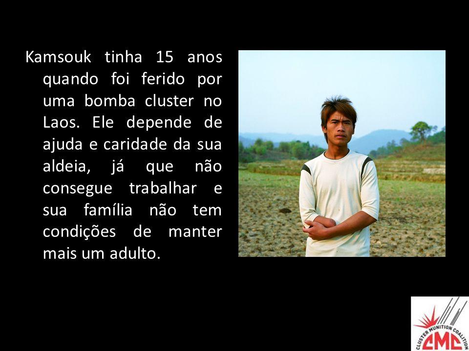 Kamsouk tinha 15 anos quando foi ferido por uma bomba cluster no Laos. Ele depende de ajuda e caridade da sua aldeia, já que não consegue trabalhar e