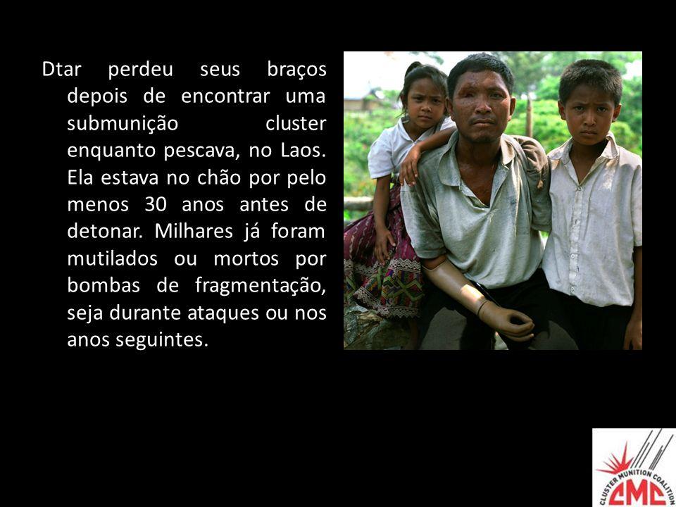 Dtar perdeu seus braços depois de encontrar uma submunição cluster enquanto pescava, no Laos. Ela estava no chão por pelo menos 30 anos antes de deton