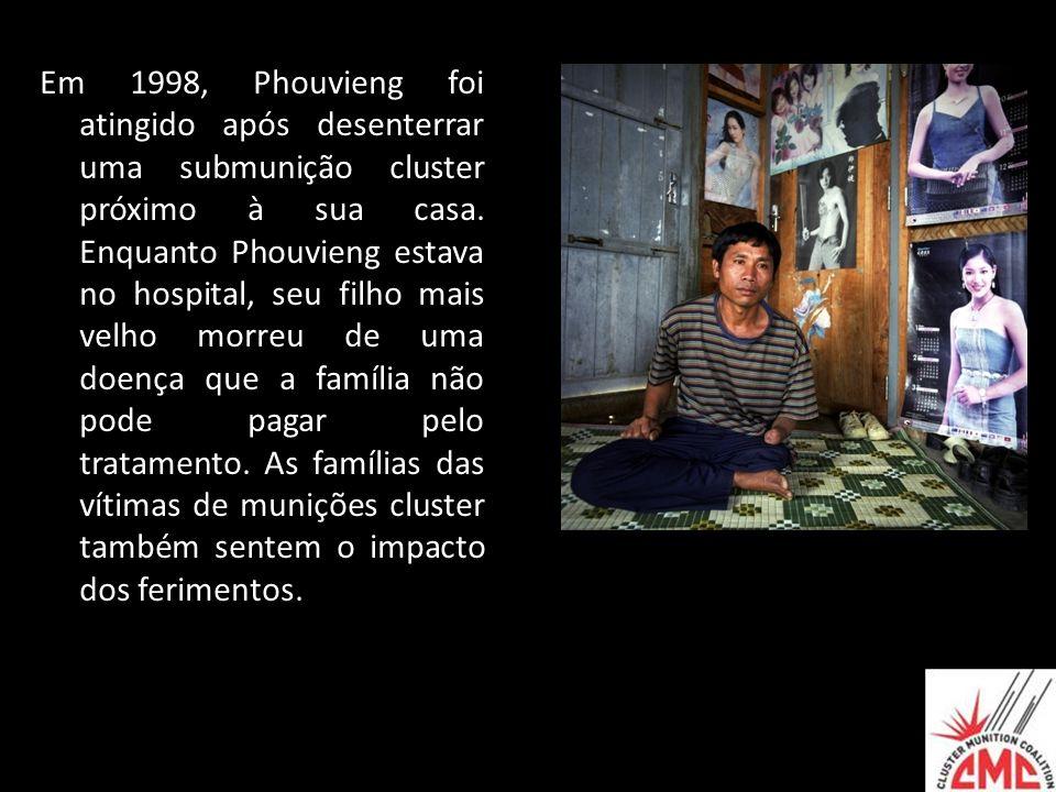Em 1998, Phouvieng foi atingido após desenterrar uma submunição cluster próximo à sua casa. Enquanto Phouvieng estava no hospital, seu filho mais velh