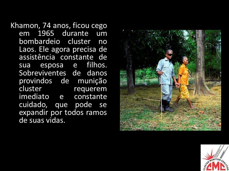 Khamon, 74 anos, ficou cego em 1965 durante um bombardeio cluster no Laos. Ele agora precisa de assistência constante de sua esposa e filhos. Sobreviv