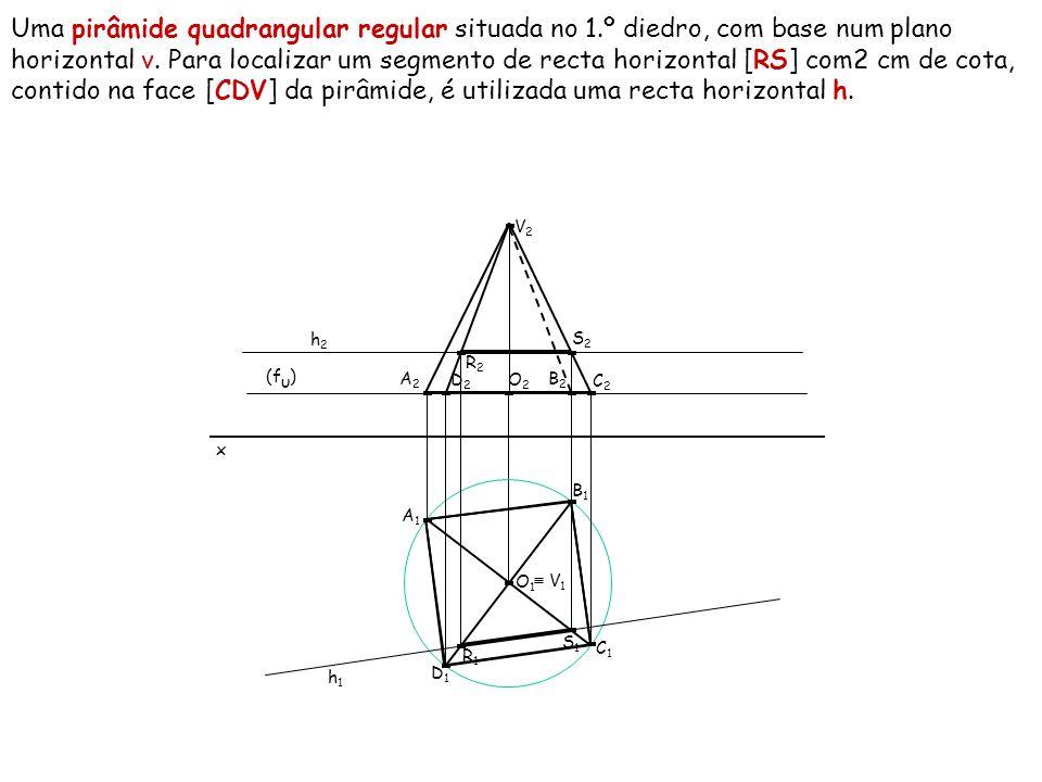 Uma pirâmide quadrangular regular situada no 1.º diedro, com base num plano horizontal ν. Para localizar um segmento de recta horizontal [RS] com2 cm