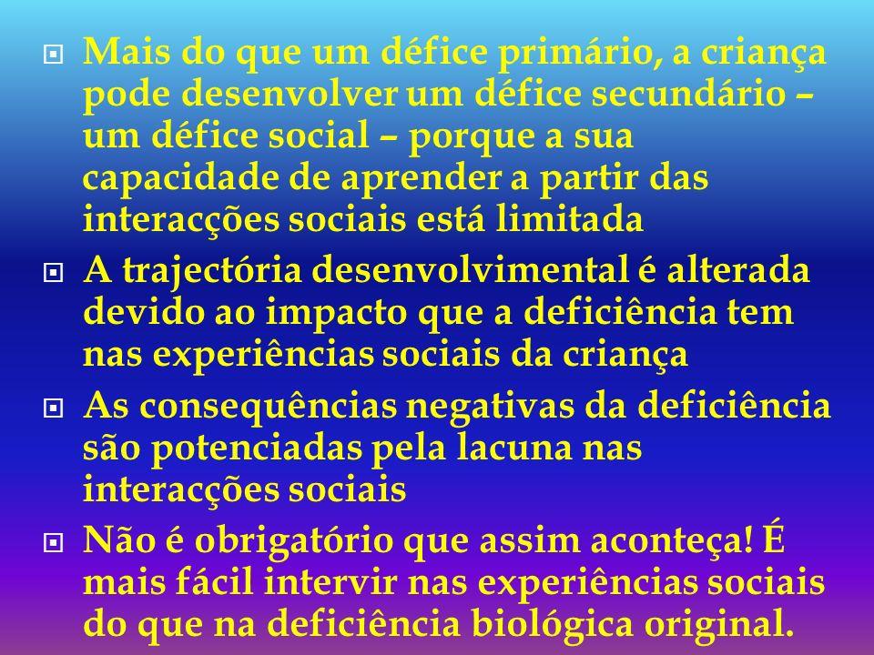 Mais do que um défice primário, a criança pode desenvolver um défice secundário – um défice social – porque a sua capacidade de aprender a partir das