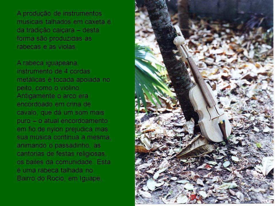 A produção de instrumentos musicais talhados em caxeta é da tradição caiçara – desta forma são produzidas as rabecas e as violas. A rabeca iguapeana,