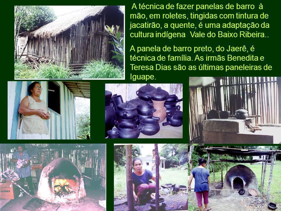 A técnica de fazer panelas de barro à mão, em roletes, tingidas com tintura de jacatirão, a quente, é uma adaptação da cultura indígena Vale do Baixo