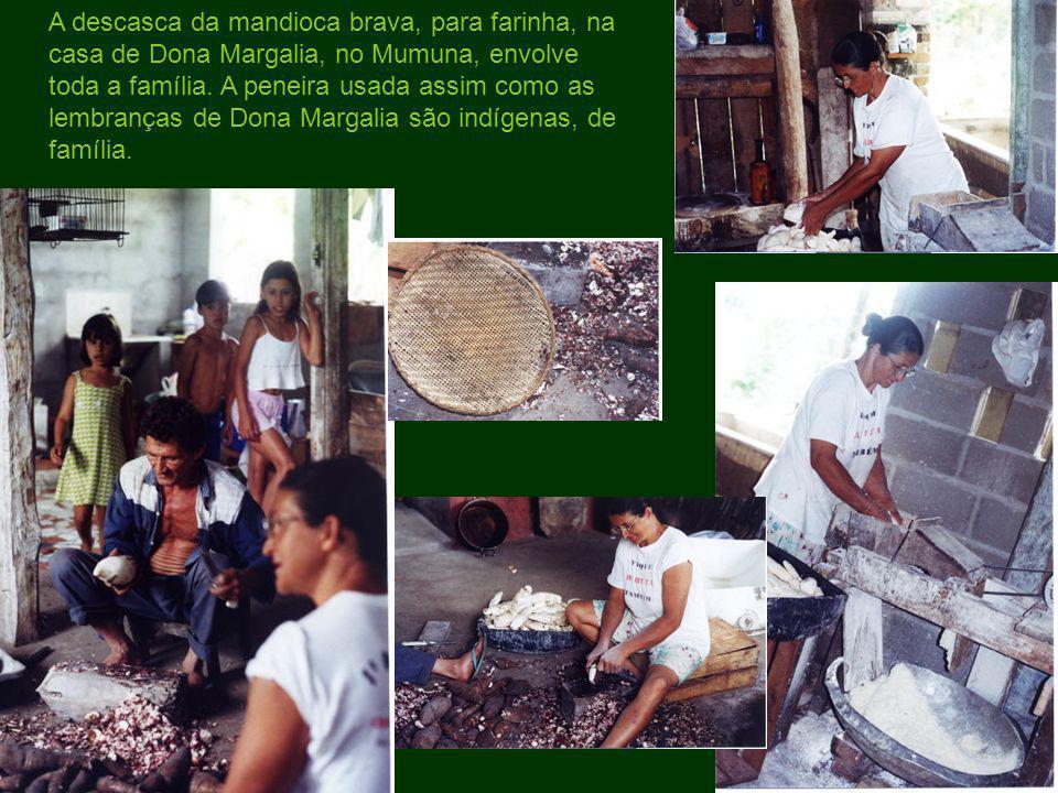 A descasca da mandioca brava, para farinha, na casa de Dona Margalia, no Mumuna, envolve toda a família. A peneira usada assim como as lembranças de D